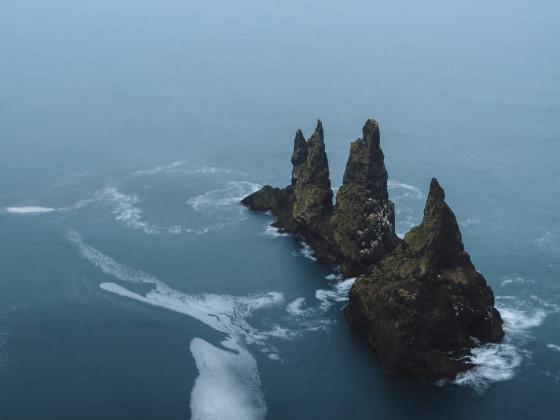 Reynisdrangar Basaltfelsen unter dem Berg Reynisfjall bei Vík í Mýrdal