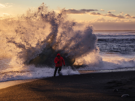 Wettlauf gegen die Wellen am Strand von Jökulsárlón